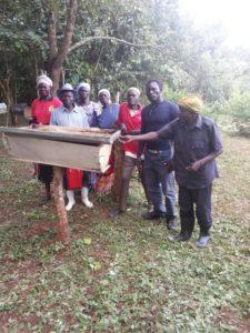 Op de Etori bijenstand werkt men aan de omschakeling van traditionele korven naar moderne kasten