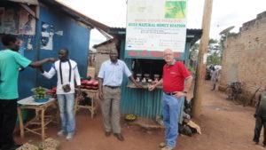 Voorzitter Theo Sinke bij een van de verkooppunten van GNH.