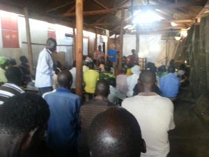 Nyamahasa, 18 november 2016. Secretaris en bijenexpert Piet de Meester bezig met de training van een groep van meer dan 100 boeren/bijenhouders