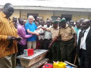 Vertegenwoordigers van de Diima Park Site Association, de UWA, en onze stichting bij de overdracht van de materialen.