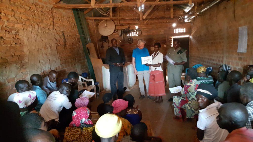 Uitreiking certificaten in Kicwabogingo